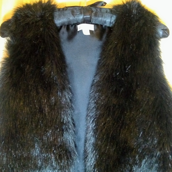 BLACK FAUX-FUR VEST